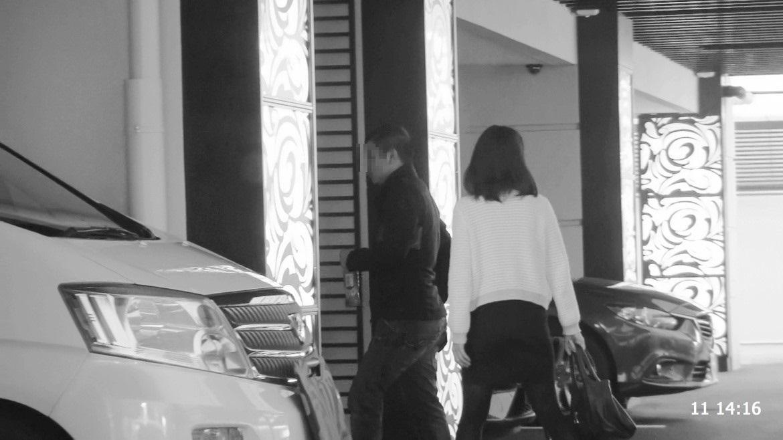 駐車場内出入口に向かう対象者と対象異性