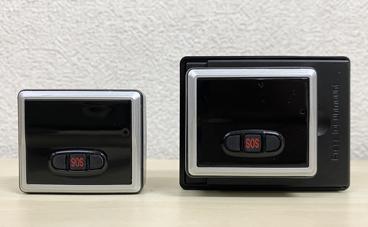 スケジュール型GPS発信機2種類で小型と大容量バッテリーのふたを外している