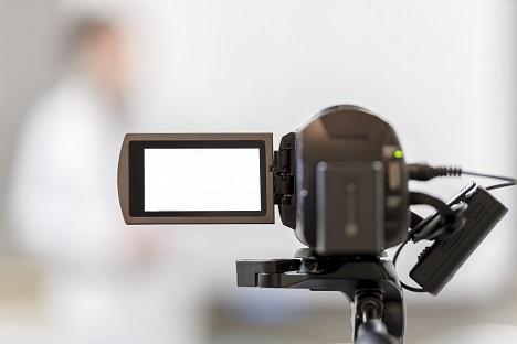 対象者をビデオカメラで動画撮影してる