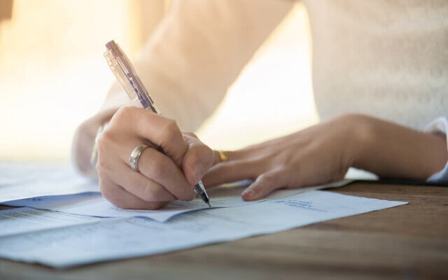 浮気による離婚でご主人との間に作られた離婚協議書にサインをする女性