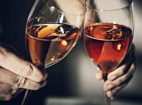 北新地のホステスで浮気相手の女性と乾杯している写真