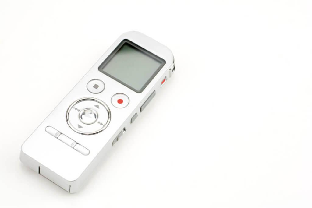 車の中や家のリビングなどにおいて置き、情報を集めるためのボイスレコーダー