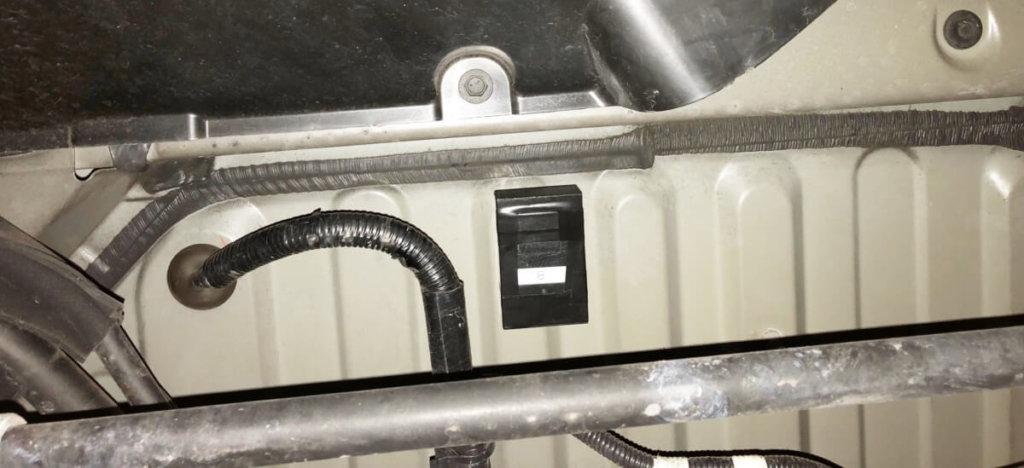 車の下部、ガソリンタンクの中心側の平面部にGPSを取り付けている(レクサス)
