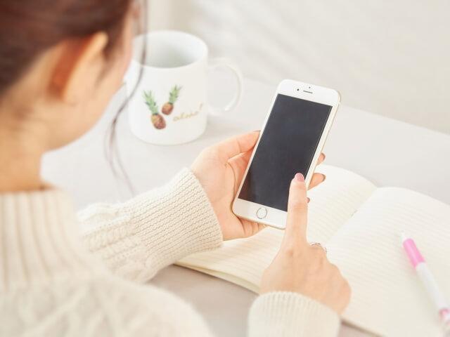 女性が携帯で検索し、リアルタイムGPSをレンタルしようとしている