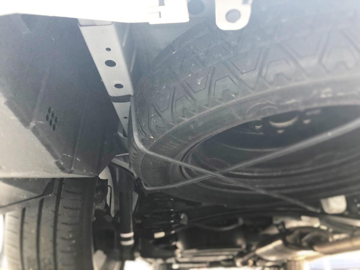 アルファード20ですが、タイヤの横にボディー部が見えているので、ここにGPSの取り付けが可能です。