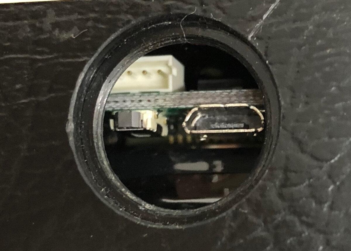 「Gpsnext」ふたを外した、充電口と起動ボタン