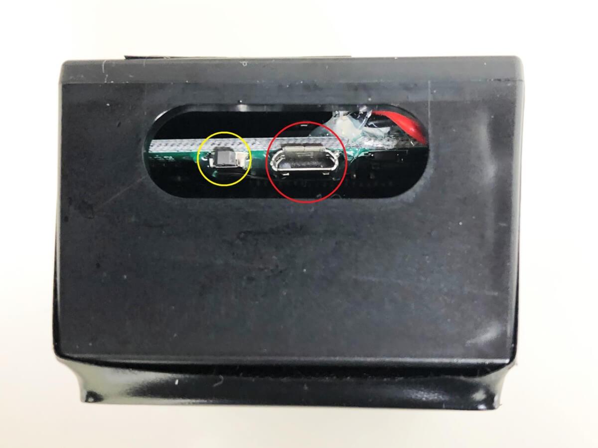 「GPSnext」の充電器差込口とリセットボタン