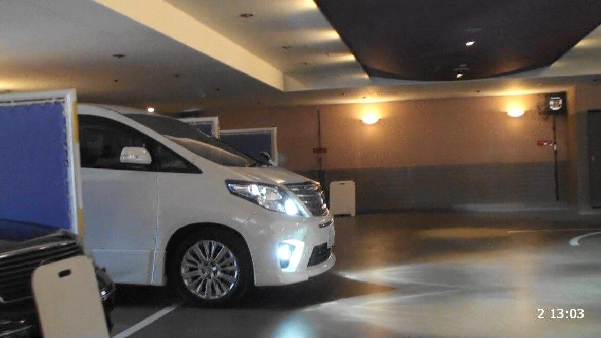 ラブホテル内で車を駐車させている