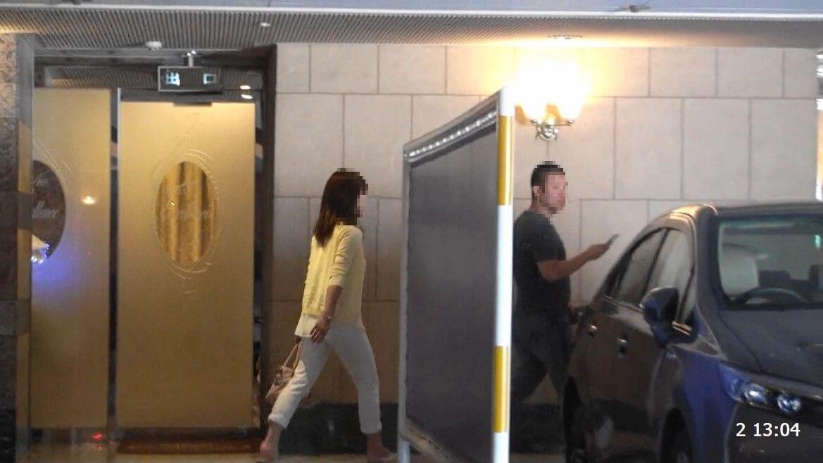 ラブホテルに車を駐車させホテル内に入って行く男女