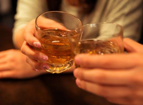クラブのママとお客さんがアフター先のホテルで乾杯