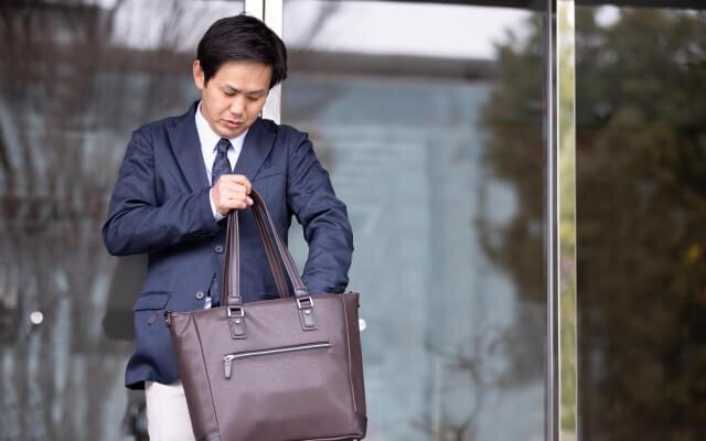 営業で外回りをしている男性