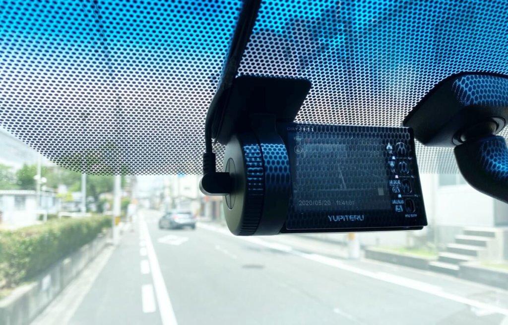 車に取り付けられている一体型のドライブレコーダー